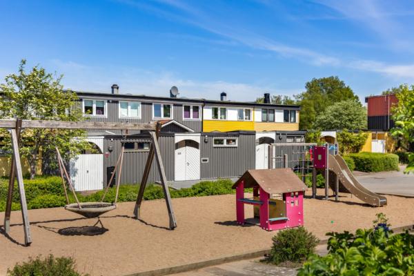 Mycket fint radhus i två plan, barnfamiljens favoritområde!