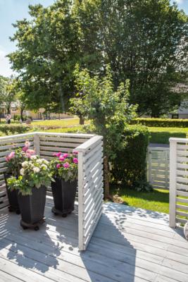 Radhuskänsla med solig altan och gräsmatta!